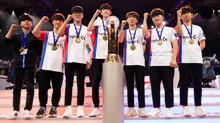 El equipo de Corea del Sur posando frente al trofeo de campeones de la Overwatch World Cup 2018.